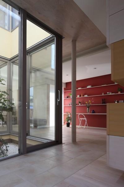 光庭と仕事場 (仕事場のある住まい|あなたの場所・自分の居場所を創る|思い出の品々も受け止める マルチタスクな場所)