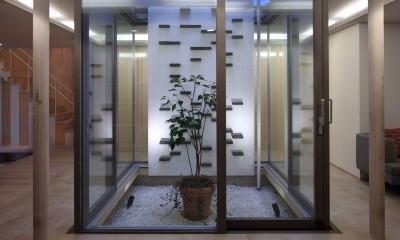仕事場のある住まい|あなたの場所・自分の居場所を創る|思い出の品々も受け止める マルチタスクな場所 (光庭とボルダリング壁)