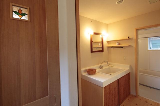 木と土の家の部屋 洗面脱衣室1