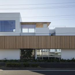 ロードサイドの家 ー幹線道路脇に建つ水盤のある家ー (30mの道路側外観)