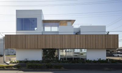 ロードサイドの家 ー幹線道路脇に建つ水盤のある家ー