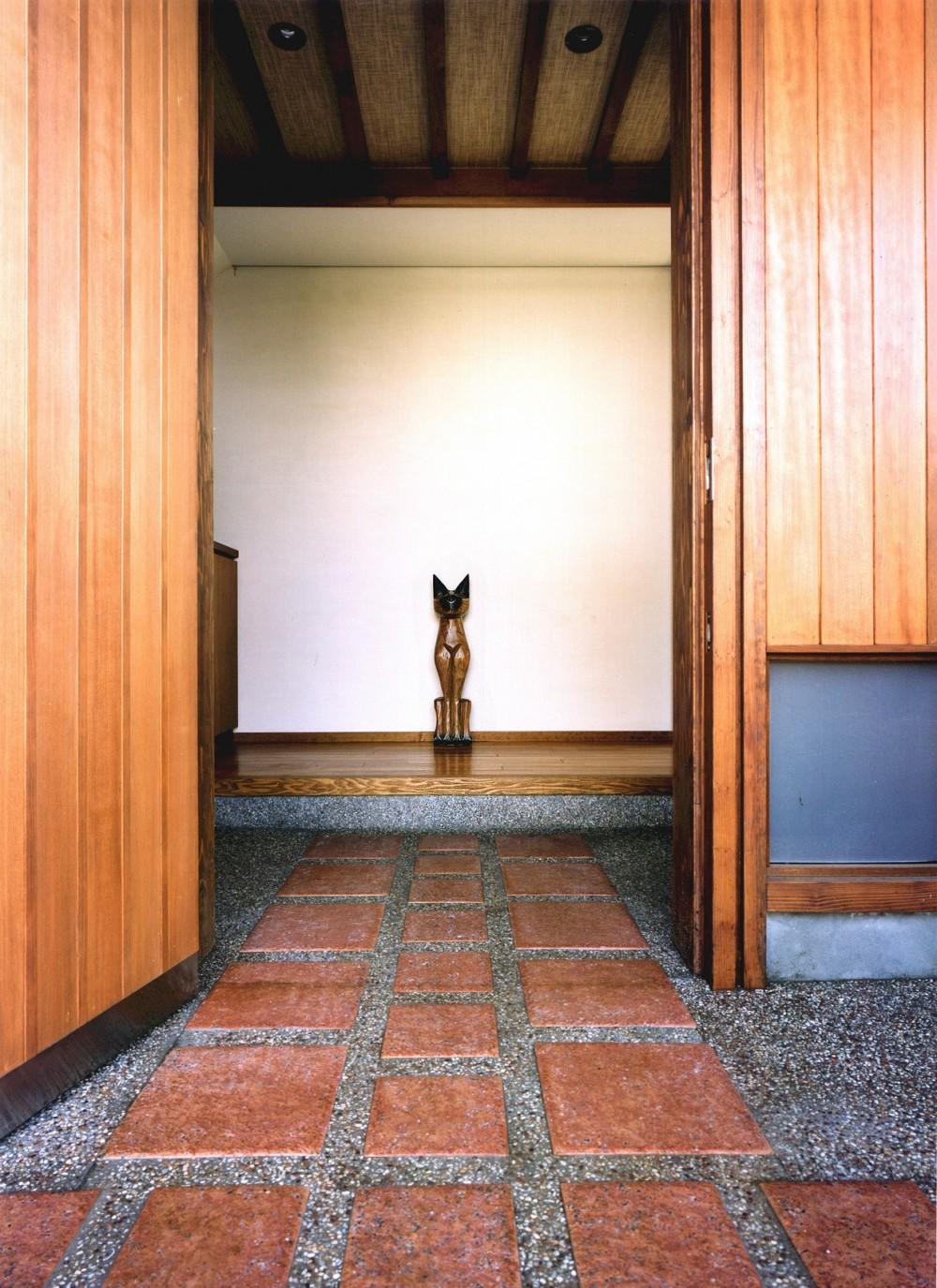 仕事場のある住まい|あなたの場所・自分の居場所を創る|大切な本の傍で至福の時を過ごす (玄関と招き猫)