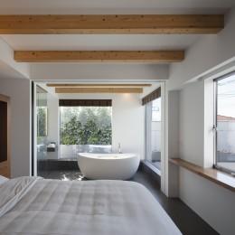 ロードサイドの家 ー幹線道路脇に建つ水盤のある家ー (バスルームと併設した寝室)