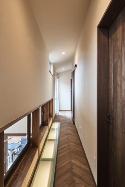床から光を放つ2階廊下 (アウトドアリビングでおもてなしをする家#京都亀岡市の別荘)