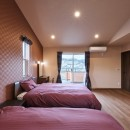 アウトドアリビングでおもてなしをする家#京都亀岡市の別荘の写真 2色つかいの寝室