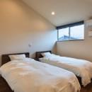 アウトドアリビングでおもてなしをする家#京都亀岡市の別荘の写真 ハイサイドウィンドウで明るい寝室