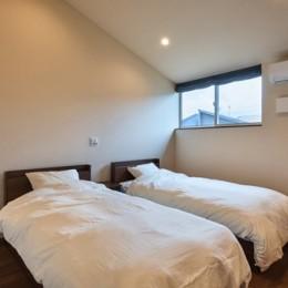 アウトドアリビングでおもてなしをする家#京都亀岡市の別荘 (ハイサイドウィンドウで明るい寝室)