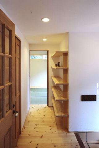 木と土の家の部屋 玄関前廊下