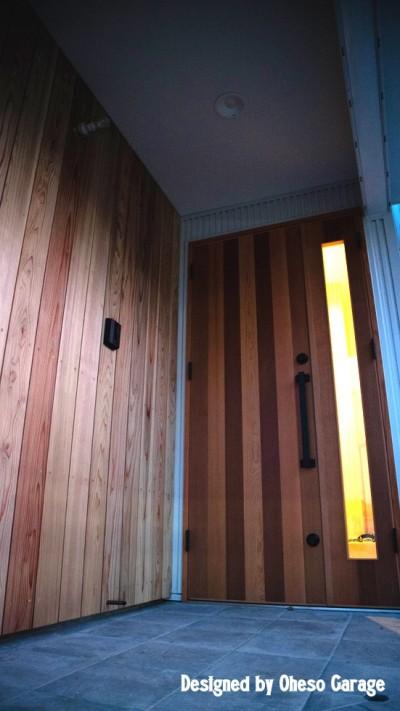 玄関 (「贅沢に無垢材を使用した、人々が集まる温かい家。」)