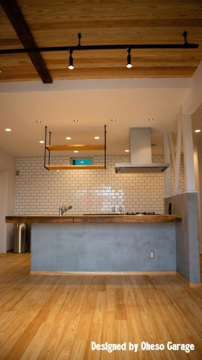 キッチン/オリジナルカウンター (「贅沢に無垢材を使用した、人々が集まる温かい家。」)