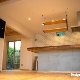 「贅沢に無垢材を使用した、人々が集まる温かい家。」 (リビング/ダイニング)