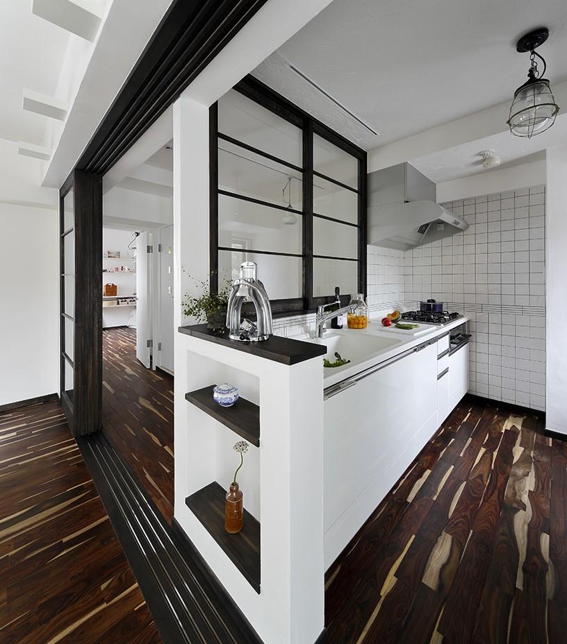 ローズウッドが映える古都鎌倉の住まい (室内窓を設けて開放的なキッチン)