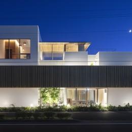 ロードサイドの家 ー幹線道路脇に建つ水盤のある家ー (外観夜景)