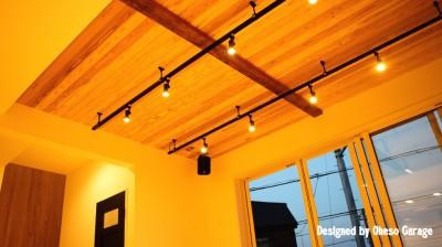 「贅沢に無垢材を使用した、人々が集まる温かい家。」 (天井)