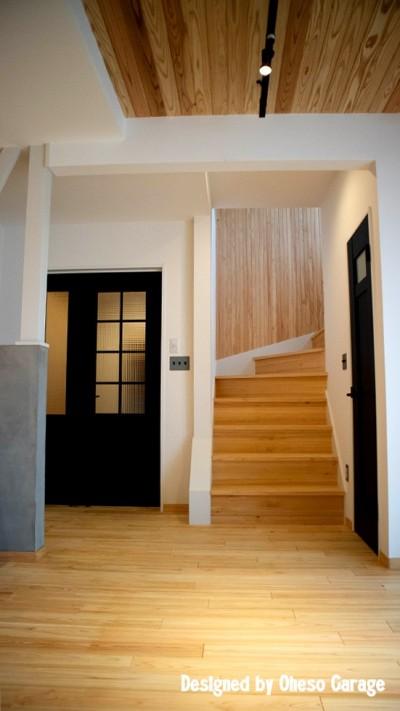 階段 (「贅沢に無垢材を使用した、人々が集まる温かい家。」)