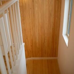 「贅沢に無垢材を使用した、人々が集まる温かい家。」 (階段)