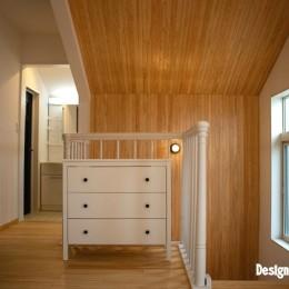 「贅沢に無垢材を使用した、人々が集まる温かい家。」 (踊り場/廊下)