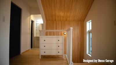 踊り場/廊下 (「贅沢に無垢材を使用した、人々が集まる温かい家。」)