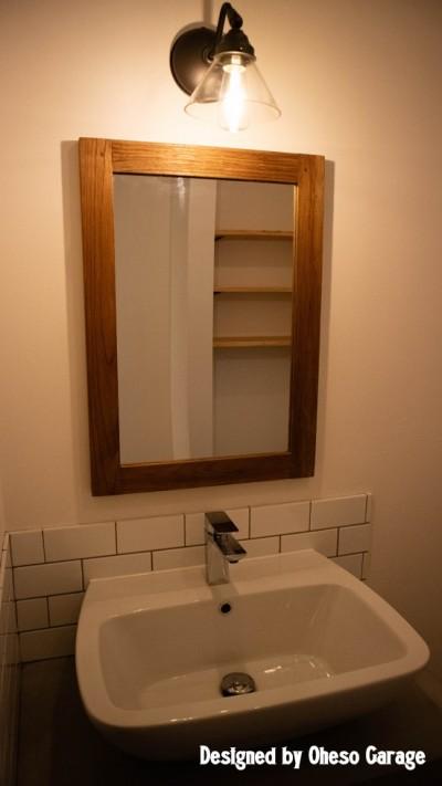 洗面所 (「贅沢に無垢材を使用した、人々が集まる温かい家。」)