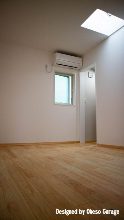 2F Room1 (「贅沢に無垢材を使用した、人々が集まる温かい家。」)