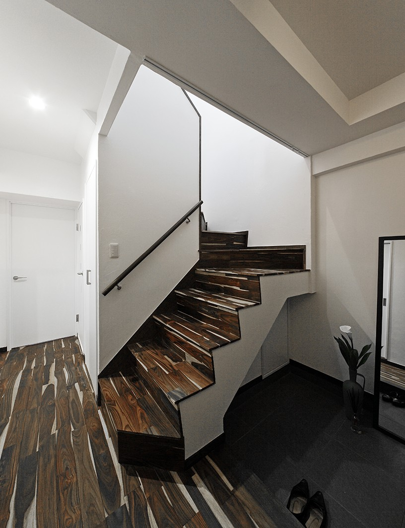 ローズウッドが映える古都鎌倉の住まい (ローズウッドで一体感のある階段)