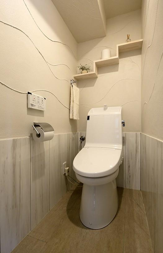 ローズウッドが映える古都鎌倉の住まい (ナチュラルテイストのトイレ)