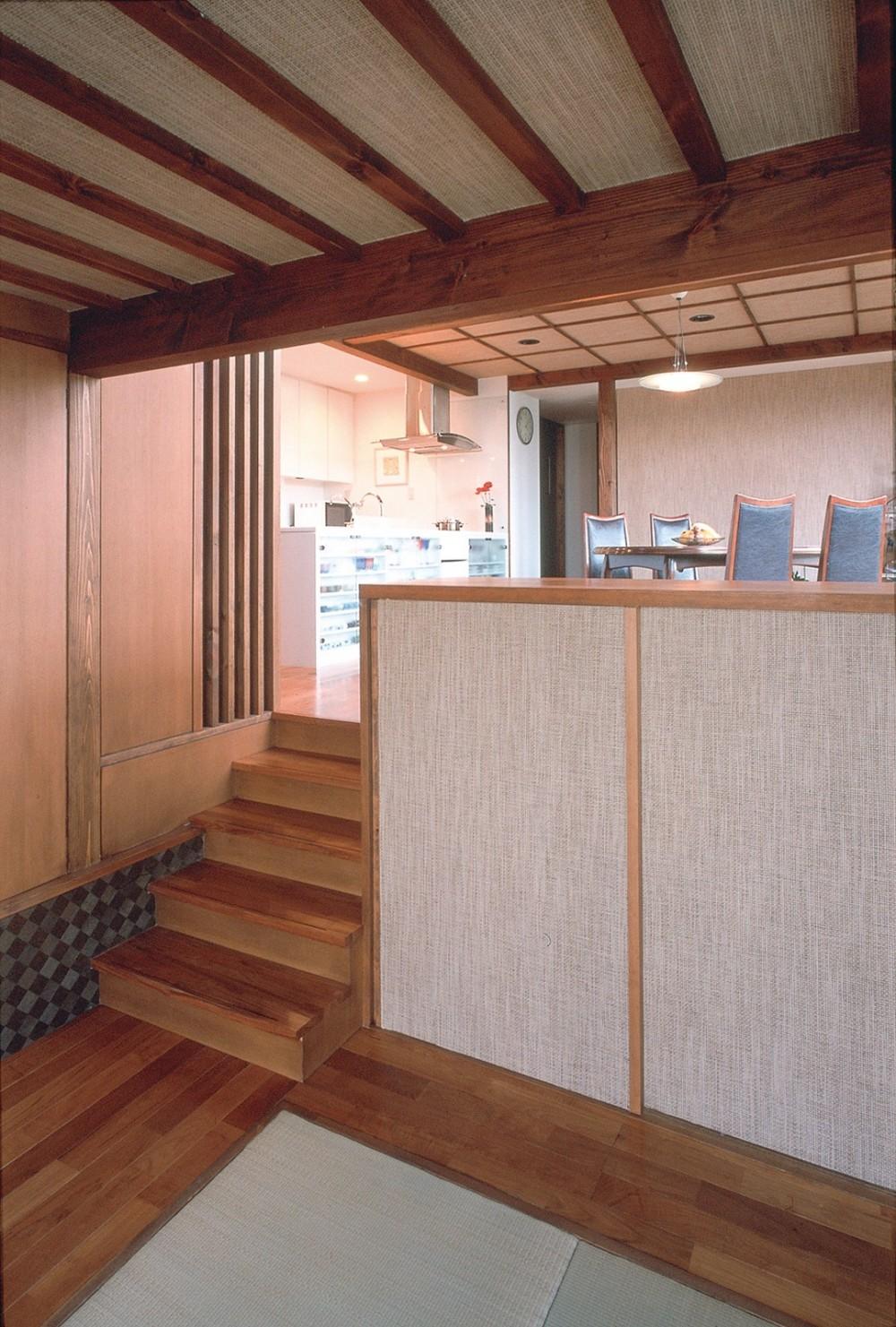 仕事場のある住まい|あなたの場所・自分の居場所を創る|大切な本の傍で至福の時を過ごす (おもてなしの間から食のスペースとキッチンを見通す)