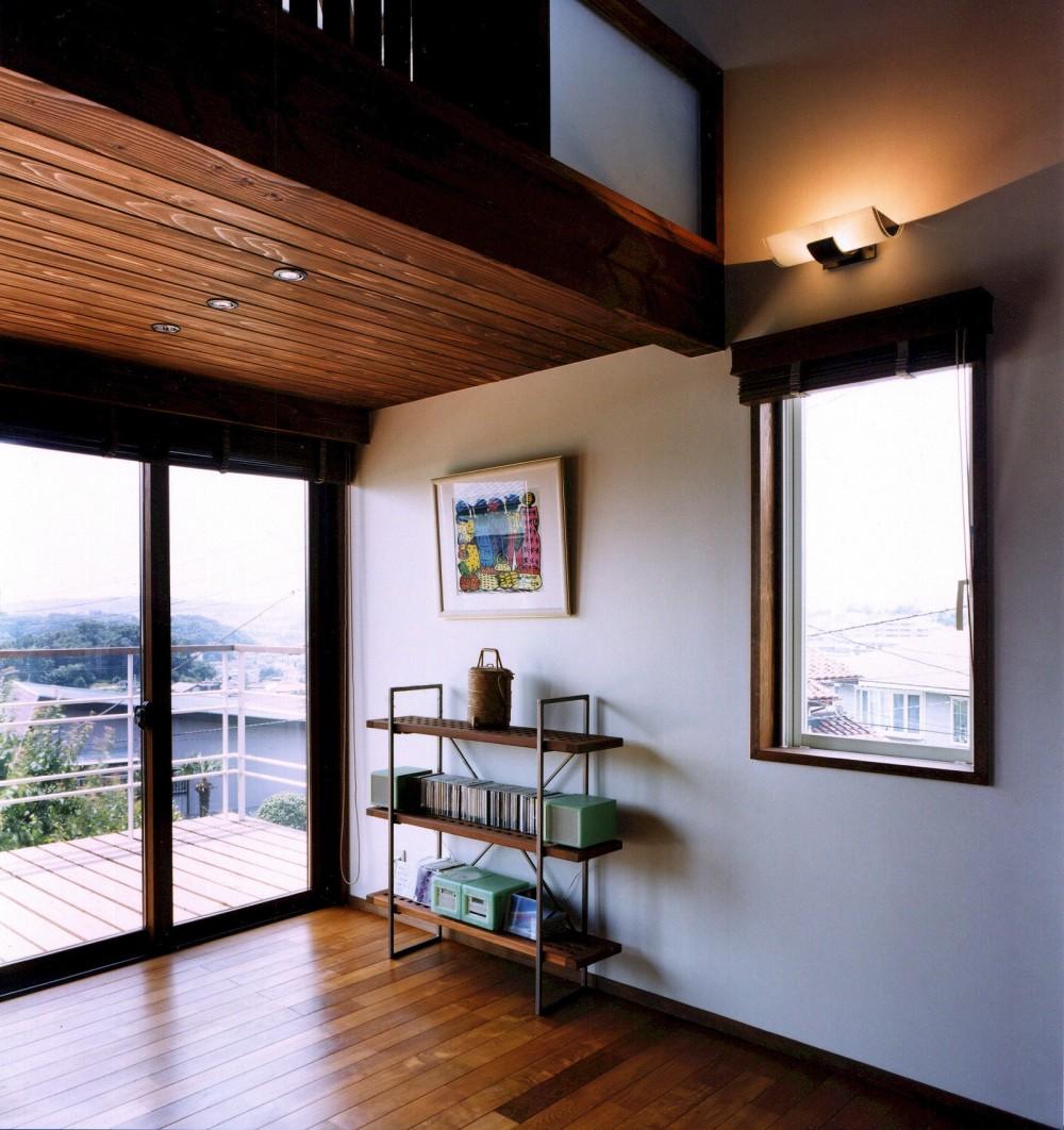 仕事場のある住まい|あなたの場所・自分の居場所を創る|大切な本の傍で至福の時を過ごす (中2階からパノラミックな風景を望む)