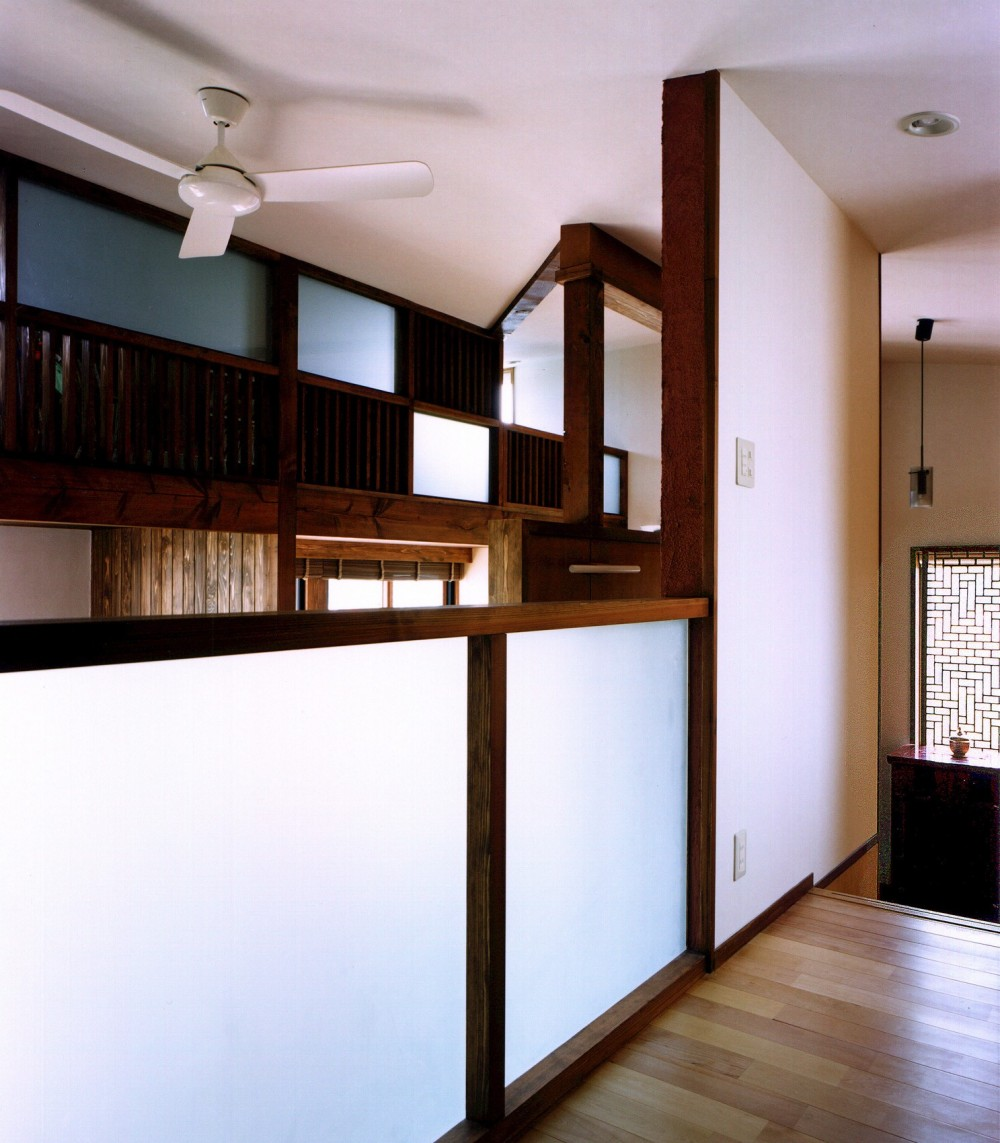 仕事場のある住まい|あなたの場所・自分の居場所を創る|大切な本の傍で至福の時を過ごす (中2階を本2階から見下ろす)