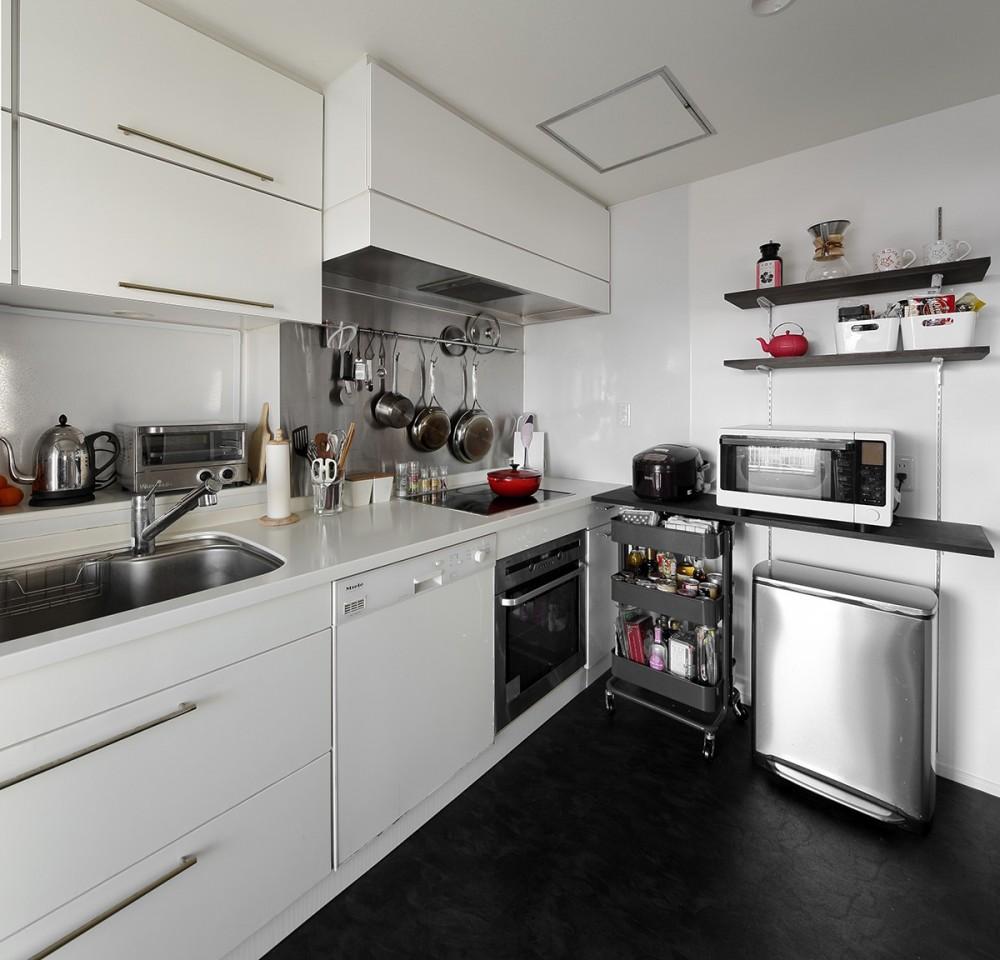 「海」を感じる住まいへリノベーション (白を基調にした清潔感あふれるキッチン)