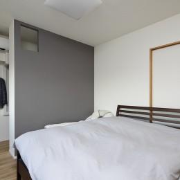 「海」を感じる住まいへリノベーション (ウォークスルークローゼットのある寝室)