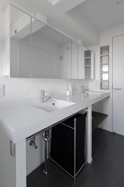 家族で使えるゆとりの洗面室 (「海」を感じる住まいへリノベーション)