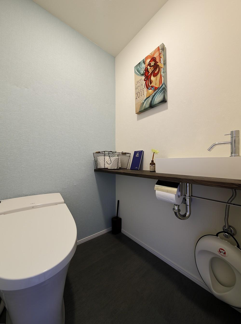 「海」を感じる住まいへリノベーション (穏やかな淡いブルーのトイレ)