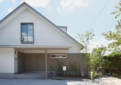 グレーのレッドシダーの板壁がポイントの大人可愛いさんかく屋根の家 (さんかく屋根の家~屋根裏部屋のある大人可愛いおうち~)
