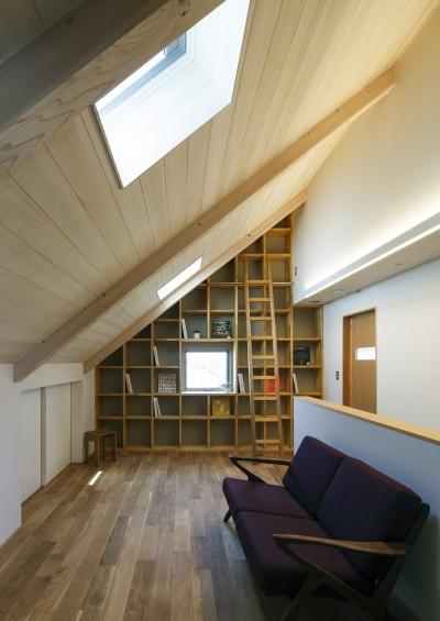 屋根裏ライブラリースペース (さんかく屋根の家~屋根裏部屋のある大人可愛いおうち~)