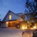 さんかく屋根の家~屋根裏部屋のある大人可愛いおうち~の写真 アプローチ夜景