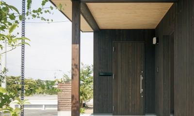 ヒカハウス~大きな片流れの屋根とおしゃれなカーポート~ (玄関前軒下空間)