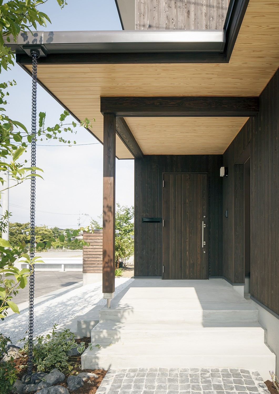 外観事例:玄関前軒下空間(ヒカハウス~大きな片流れの屋根とおしゃれなカーポート~)