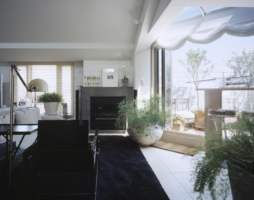 D-FLAT / オーナー住戸付き集合住宅の部屋 リビング、テラス