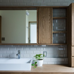 ヒカリノイエ~3世代2世帯が住む味わいのある古民家リノベーション~ (子世帯洗面室)