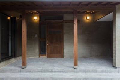 子世帯玄関 (ヒカリノイエ~3世代2世帯が住む味わいのある古民家リノベーション~)