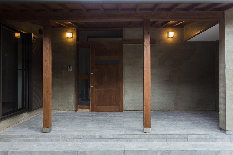 玄関事例:子世帯玄関(ヒカリノイエ~3世代2世帯が住む味わいのある古民家リノベーション~)