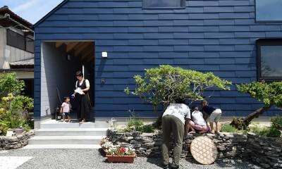 藍いろの家~横葺きのガルバリウム外壁が特徴の家型のおうち。家型フォルムの中の通り土間は家族のお気に入り~