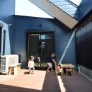 藍いろの家~横葺きのガルバリウム外壁が特徴の家型のおうち。家型フォルムの中の通り土間は家族のお気に入り~の写真 ダイニングとリビングと寝室をつなぐ中庭