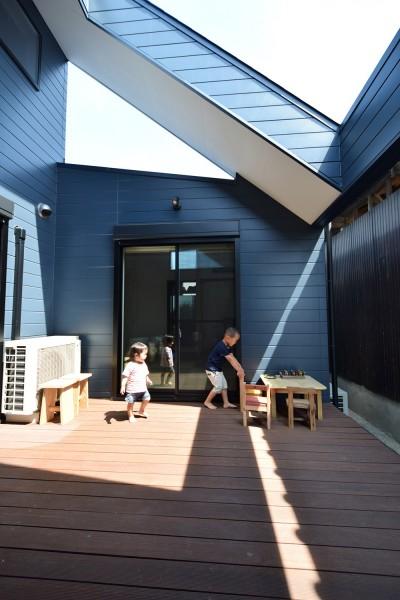 ダイニングとリビングと寝室をつなぐ中庭 (藍いろの家~横葺きのガルバリウム外壁が特徴の家型のおうち。家型フォルムの中の通り土間は家族のお気に入り~)