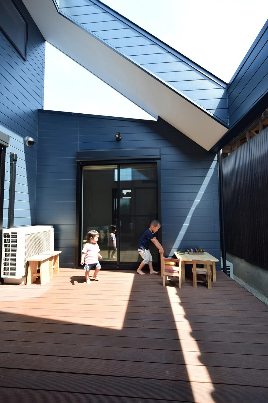 藍いろの家~横葺きのガルバリウム外壁が特徴の家型のおうち。家型フォルムの中の通り土間は家族のお気に入り~ (ダイニングとリビングと寝室をつなぐ中庭)