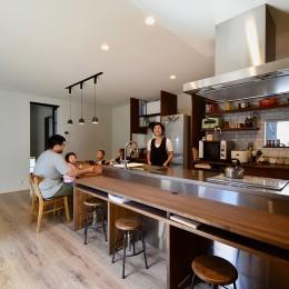 ステンレスのキッチンがお似合い~お家の中心ダイニングキッチン (藍いろの家~横葺きのガルバリウム外壁が特徴の家型のおうち。家型フォルムの中の通り土間は家族のお気に入り~)