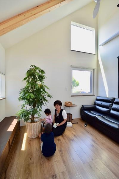 吹き抜けで2階子供部屋とつながるリビング (藍いろの家~横葺きのガルバリウム外壁が特徴の家型のおうち。家型フォルムの中の通り土間は家族のお気に入り~)