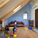 藍いろの家~横葺きのガルバリウム外壁が特徴の家型のおうち。家型フォルムの中の通り土間は家族のお気に入り~の写真 2階子供部屋~ブルーの壁はポーターズペイントのワークショップでみんなで塗りました