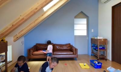 2階子供部屋~ブルーの壁はポーターズペイントのワークショップでみんなで塗りました|藍いろの家~横葺きのガルバリウム外壁が特徴の家型のおうち。家型フォルムの中の通り土間は家族のお気に入り~